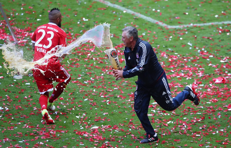 Bayern Munich Coach Carlo Ancelotti And Arturo Vidal Celebrate After Winning The Bundesliga